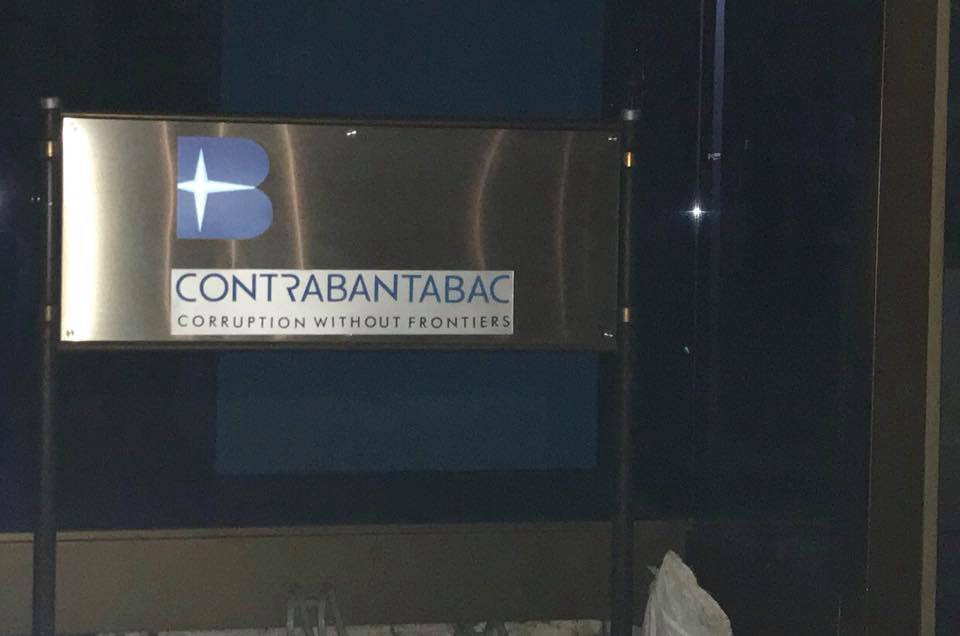 """Активисти на """"Да, България!"""" поставиха надпис пред офиса на Булгартабак"""