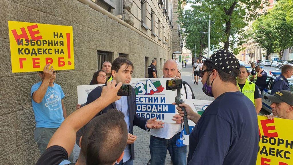 Управляващите не допуснаха до правна комисия представители на ДБ