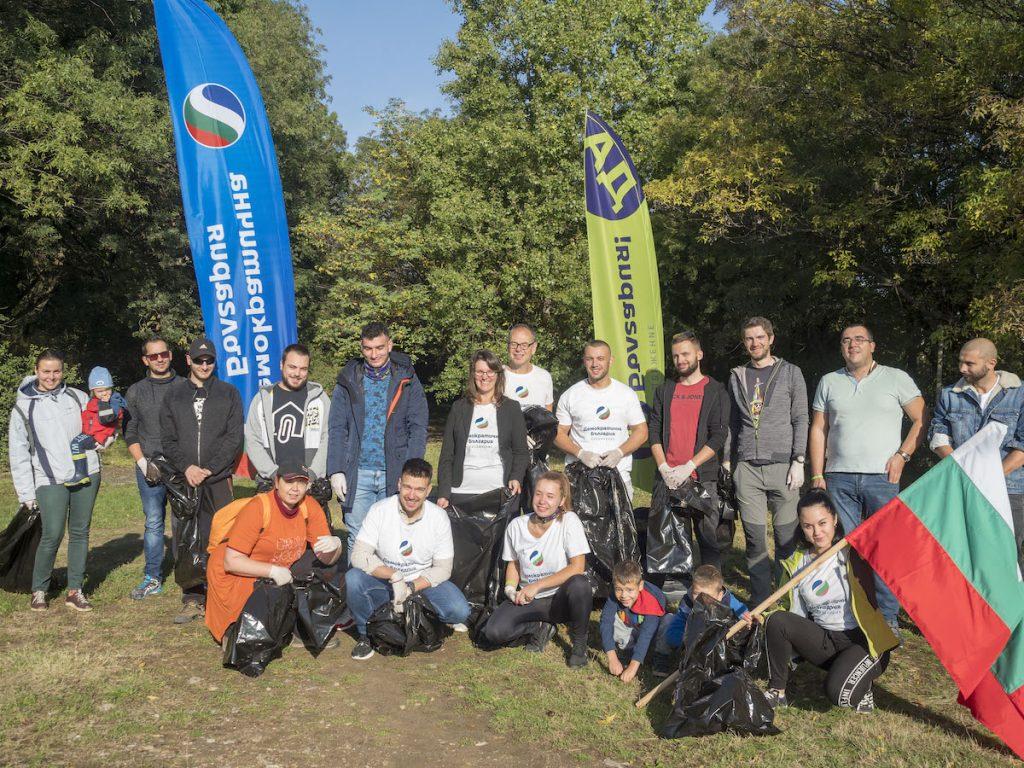 """""""МлаДа България"""" изчисти над тон отпадъци от парк в Слатина"""