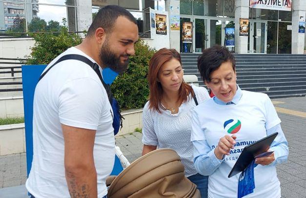 Антоанета Цонева показва на Пазарджик как се гласува машинно
